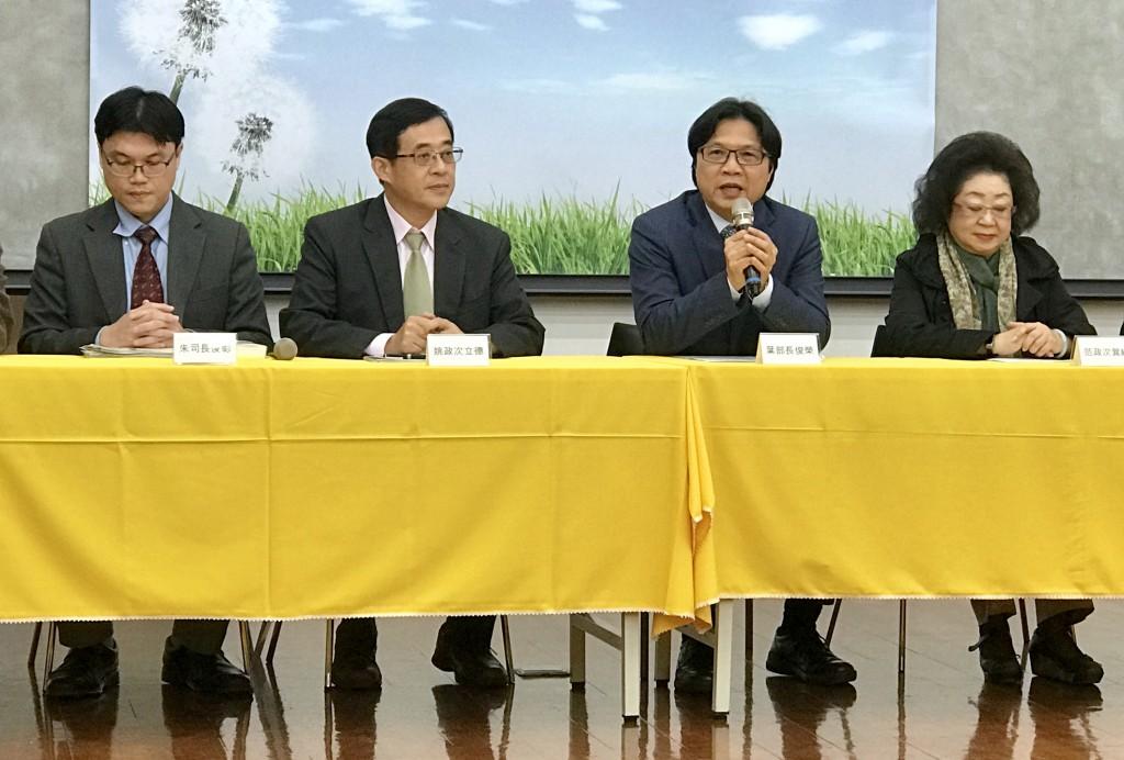 教育部長葉俊榮(右2)宣布,管中閔將於明(2019)年1月上任台大校長一職(圖/中央社)