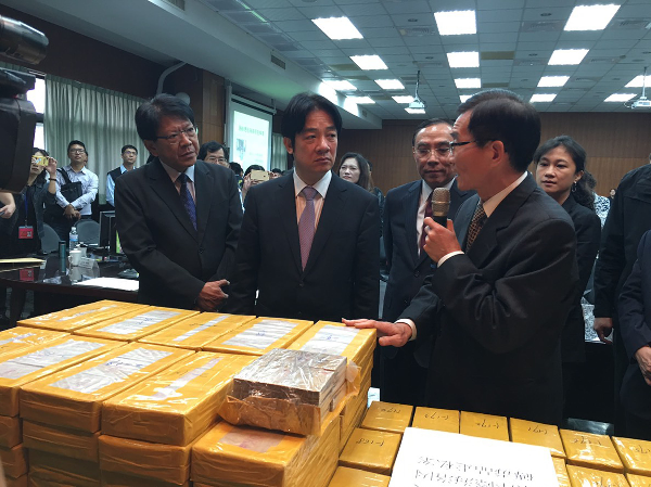 Premier Lai, center, and Min. of Justice Tsai, right of Lai, inspect seized heroin