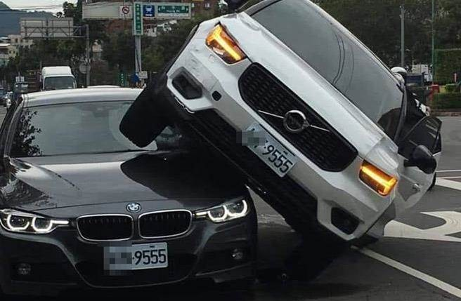Volvo sitting on top of BMW. (Photo from Facebook group 爆廢公社)