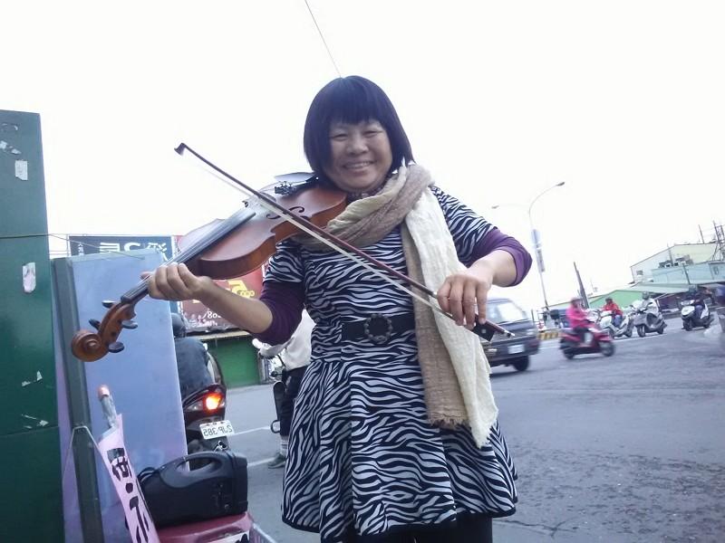 蔣月惠11/26拉小提琴謝票(圖/臉書蔣月惠縣議員服務專區)