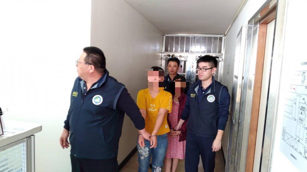 Vietnamese woman (in yellow) being arrested in Chiayi. (NIA photo)