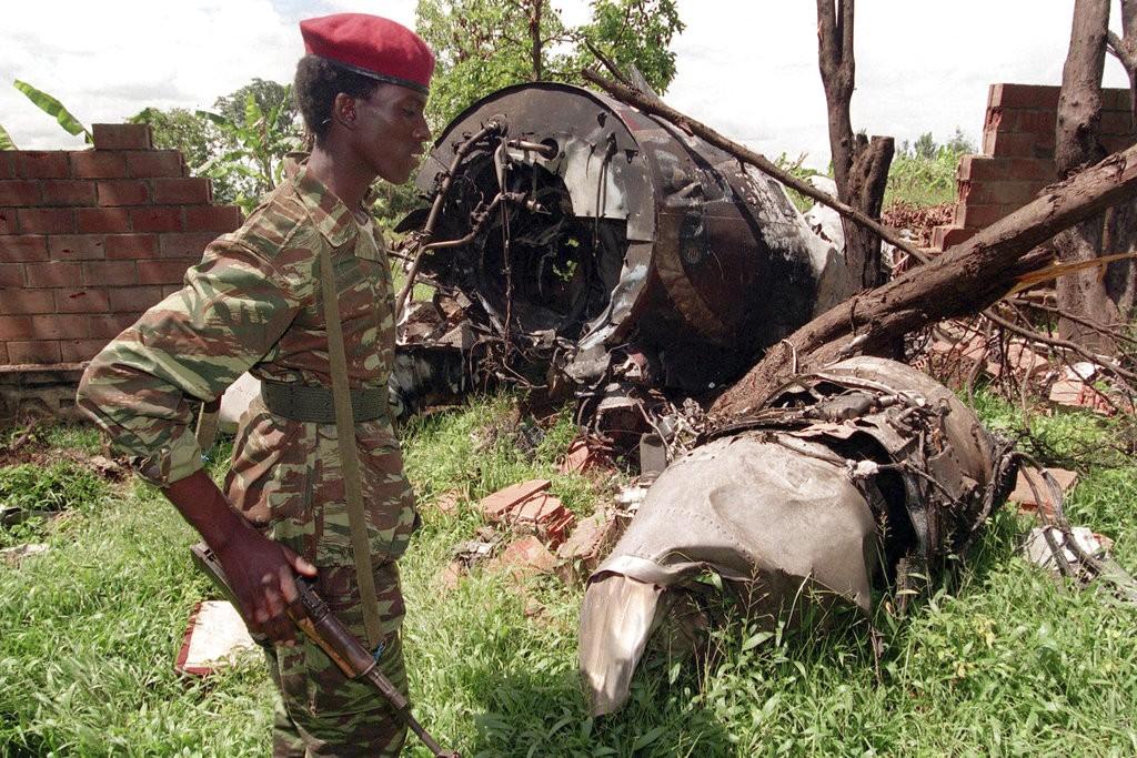 圖西族武裝組織「盧安達愛國陣線」(RPF)士兵今年4月行經1994年5月23日盧安達的胡圖族總統哈比亞利馬納飛機失事地點。 (圖片來源:美...