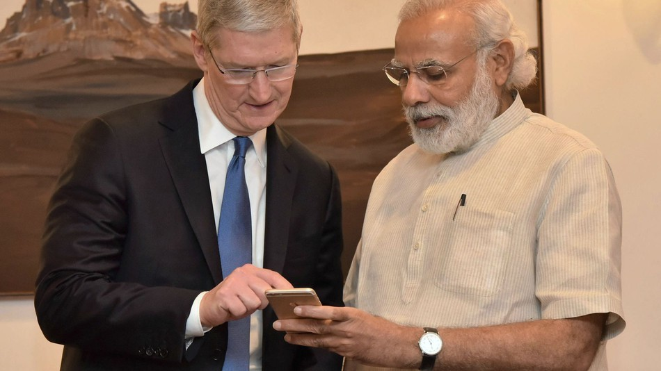 Apple CEO Tim Cook (left) with Indian Prime Minister Narendra Modi.