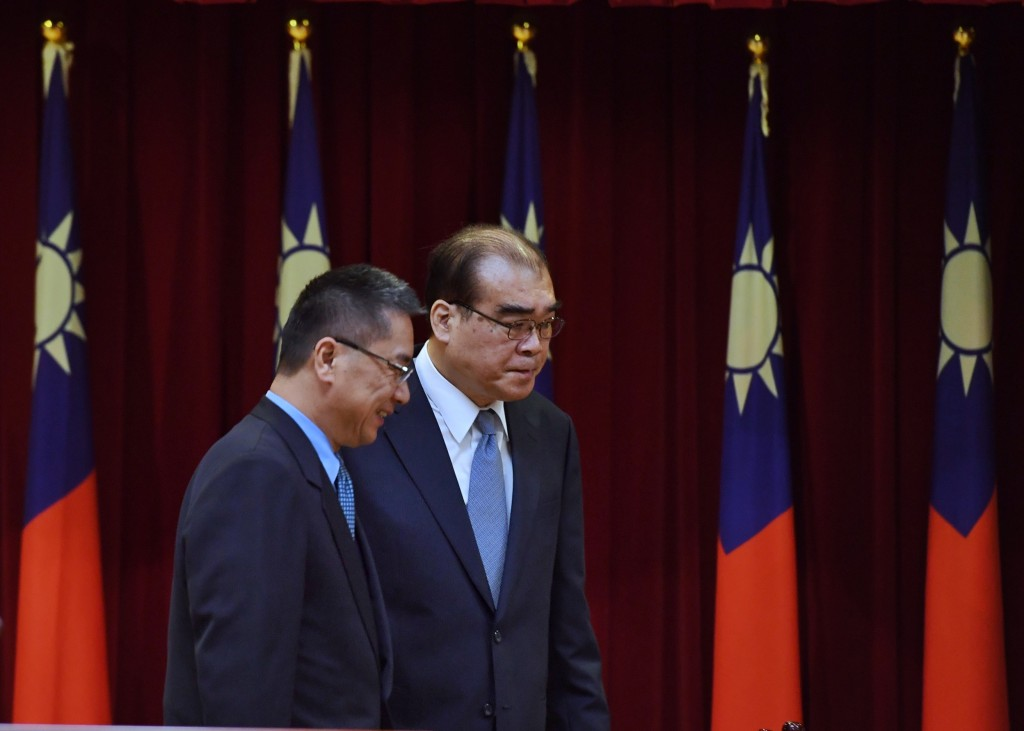 NIA Director General Chiu Feng-kuang (right) at his swearing in Friday with Interior Minister Hsu Kuo-yung.