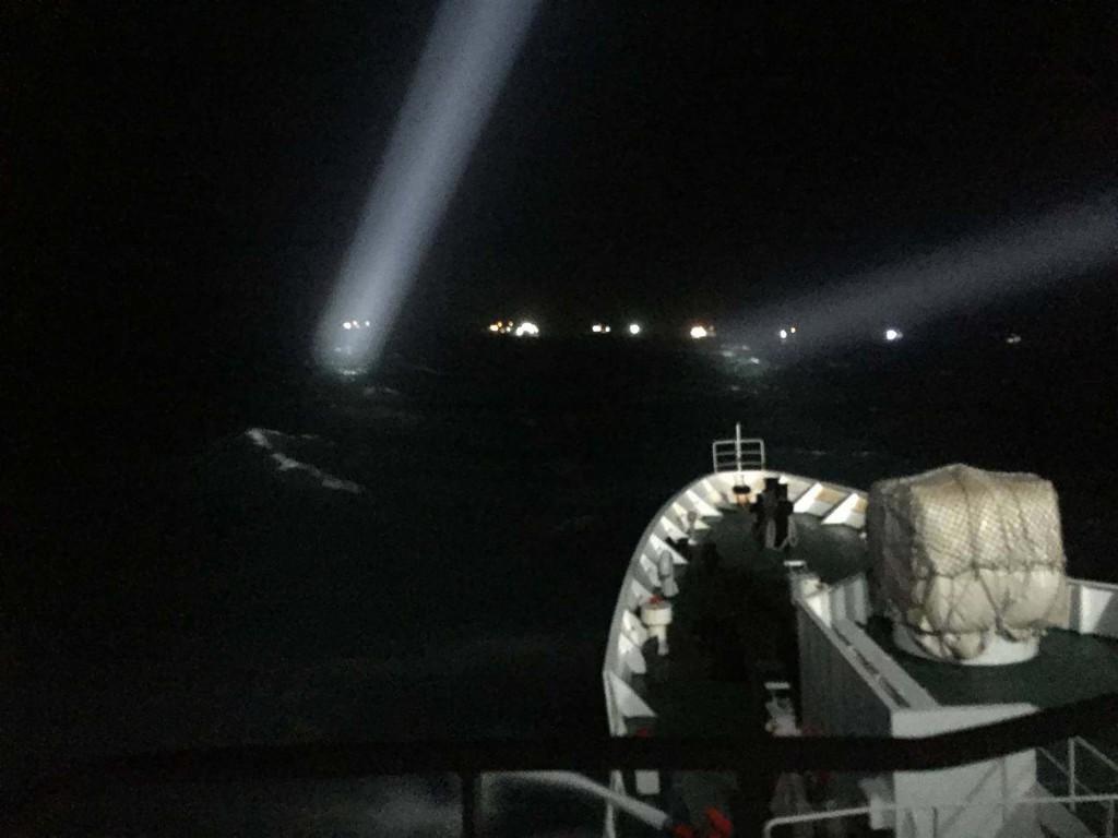 澎湖周邊海域出現中國漁船越界拖網作業 和集結定錨避風,海巡署艦隊分署29日晚間出動2,000噸級臺南艦,以強力水砲強勢驅離所有定錨的漁船(