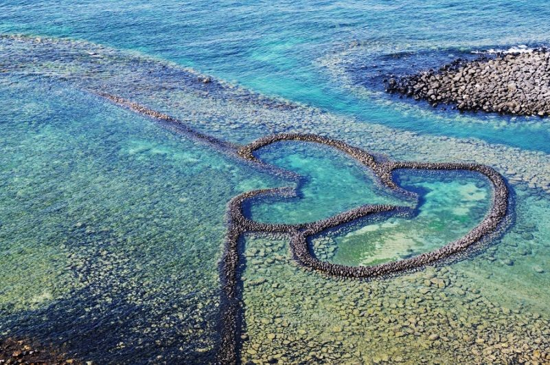 Twin Hearts Stone Weir on Qimei Island (Courtesy of Penghu County Government)