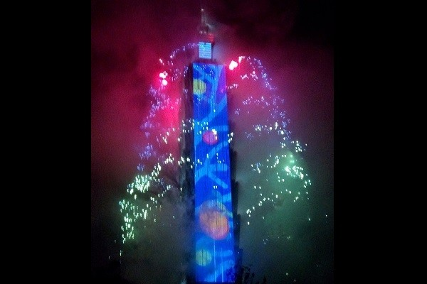 HAPPY NEW YEAR! Taipei 101 welcomes 2019 with stunning fireworks, light show