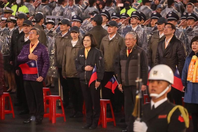 蔡總統穿飛行夾克出席升旗典禮