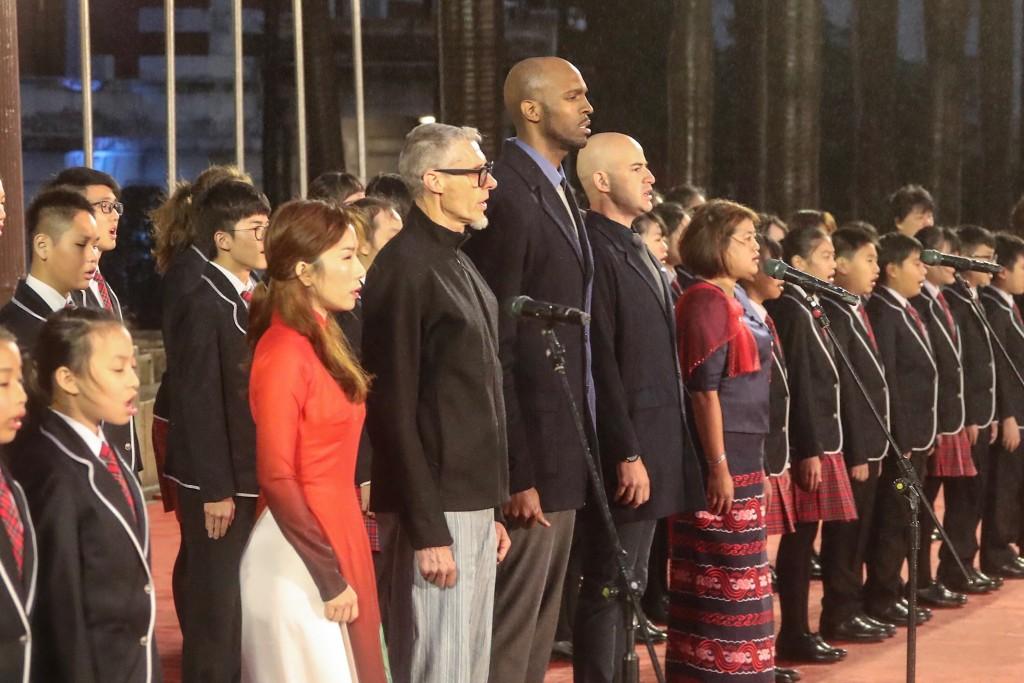 2019年元旦總統府升旗典禮邀請「來自世界的新台灣人」擔任國歌領唱,許多民眾不畏風雨前來參與。(圖/中央社)