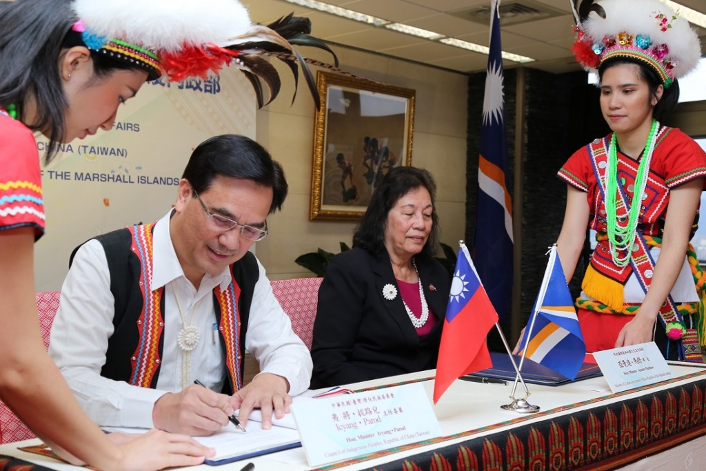 Taiwan and the Marshall Islands ink a deal on promoting Austronesian languages and cultures on Dec. 4 in Taipei (Source: Council of Indigenous Peoples...