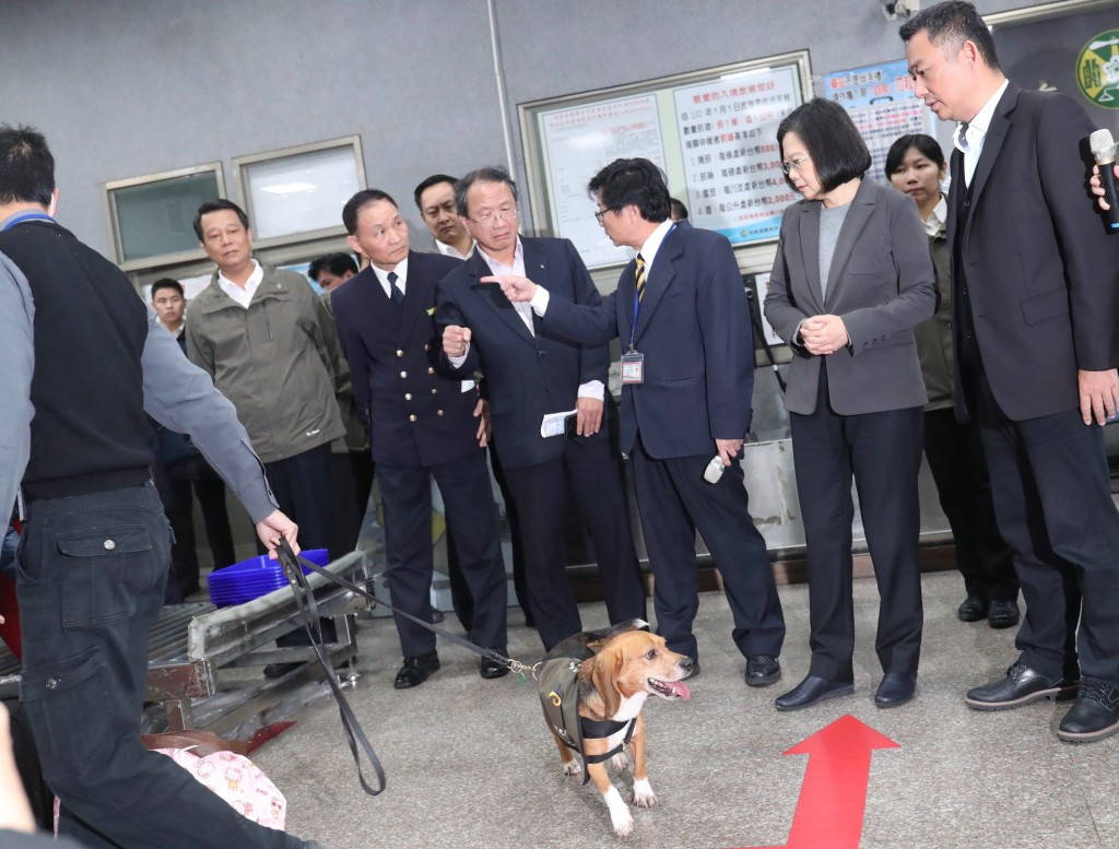 President Tsai Ing-wen (front, second from right) inspects measures against African swine fever in Kinmen with county magistrate Yang Chen-wu (right).