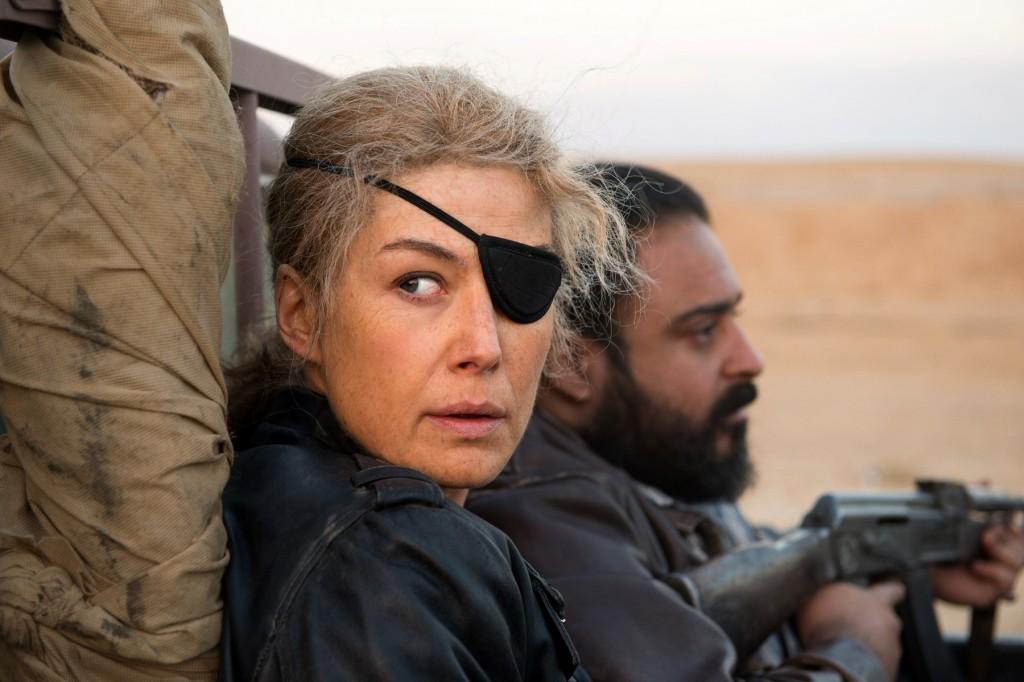 傳奇「戰地獨眼記者」瑪麗科爾文真人真事改編、一舉入圍本屆金球獎兩項大獎的《私人戰爭》,於今(4)日震撼上映。(采昌國際多媒體提供。)