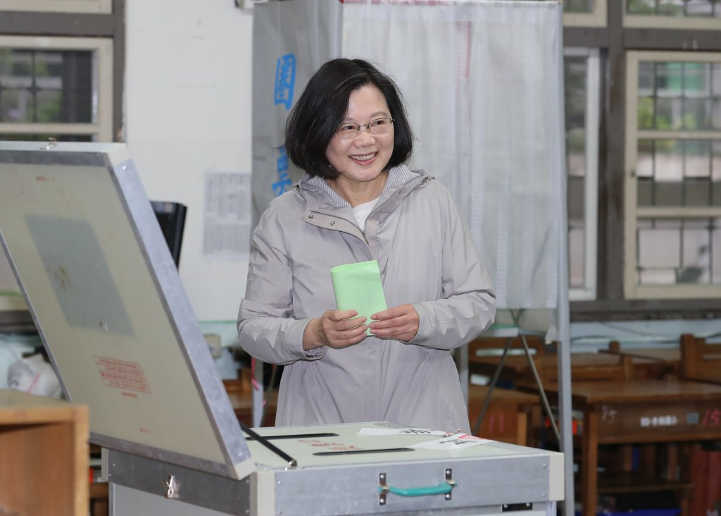 Tsai Ing-wen votes for new DPP chairperson