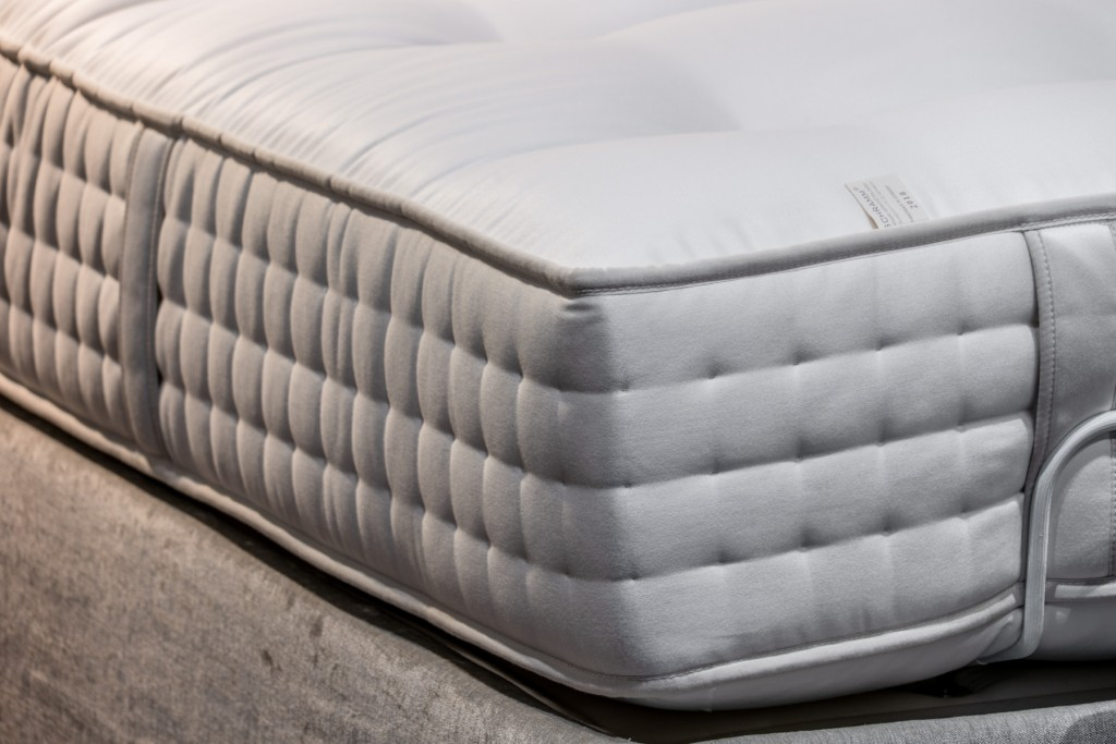 物理治療師表示,睡在完全硬的床面會無法讓身體分散壓力點,久而久之更有可能造成腰椎管的狹窄。(圖/詩蘭慕提供)