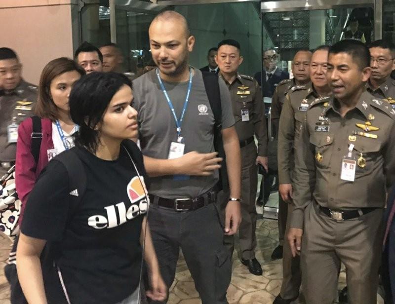 Rahaf Mohammed Alqunun with Thai authorities in Bangkok, Jan. 7