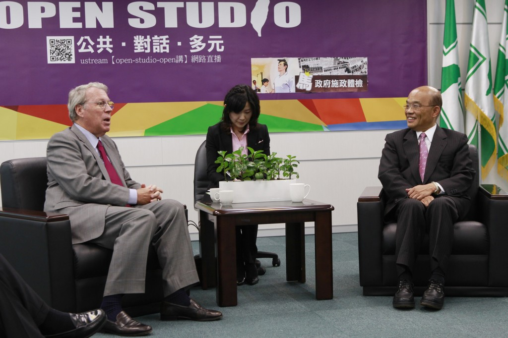Raymond Burghardt (left) with former premier Su Tseng-chang in 2013