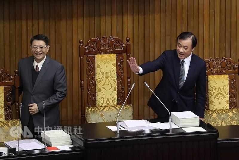 圖為立法院長蘇嘉全(右)2日在議場主持臨時會。中央社