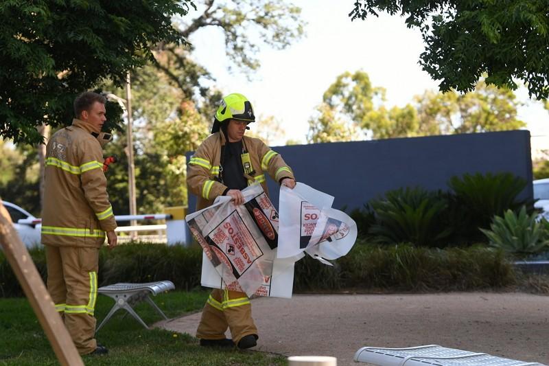 澳洲警方在墨爾本南韓領事館外處理可疑包裹(圖/美聯社)