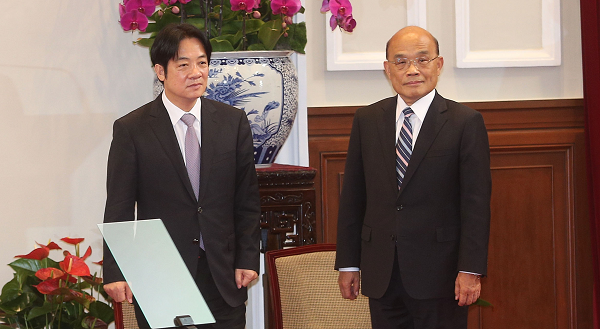 Outgoing Premier William Lai (L) , and returning Premier Su Tseng-chang (R)