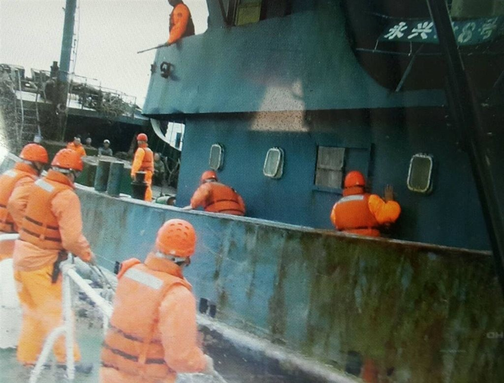 Coast guard inspectors boarding a Chinese ship near Penghu Saturday (photo courtesy of Penghu Coast Guard).