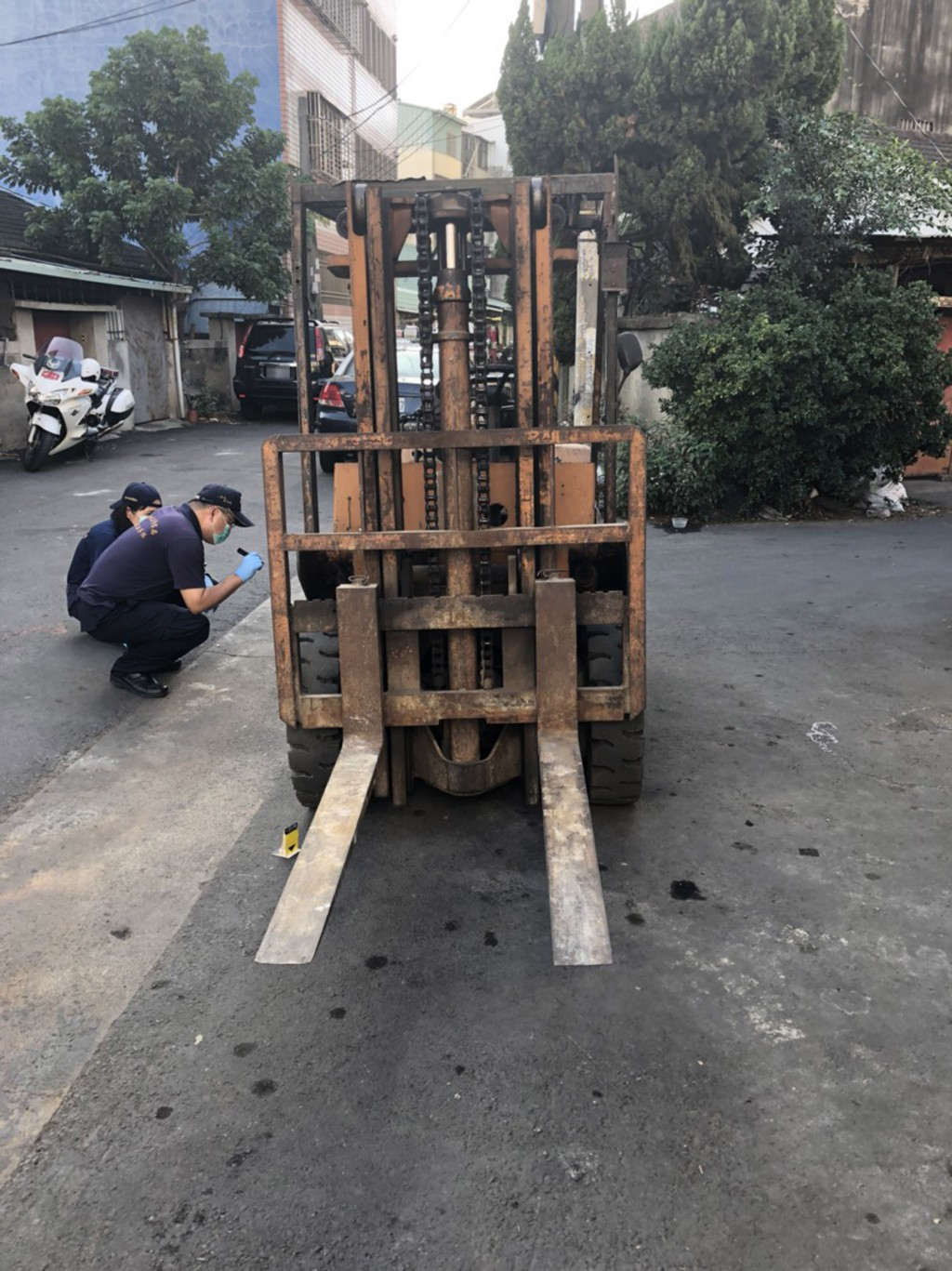 A seven-year-old girl died after falling off a forklift truck in Taichung Saturday.