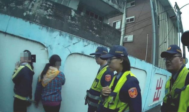 Police arresting Vietnamese suspects. (Taitung Police Department photo)