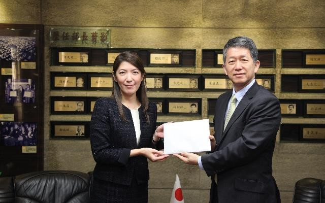 Andy Bi, a senior official at the Ministry of Education, meets with Japanese NGO XYZ's delegate Mari Yokoi on Jan. 14 (Source: MOE)
