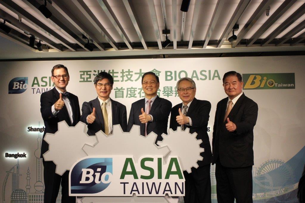 照片左起:台北市美國商會執行長傅維廉、科技部長陳良基、台灣生物產業發展協會理事長李鍾熙與貴賓合影。