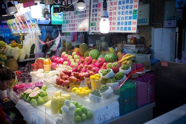 A fruit stall in Shilin Night Market (Flickr/See-ming Lee)