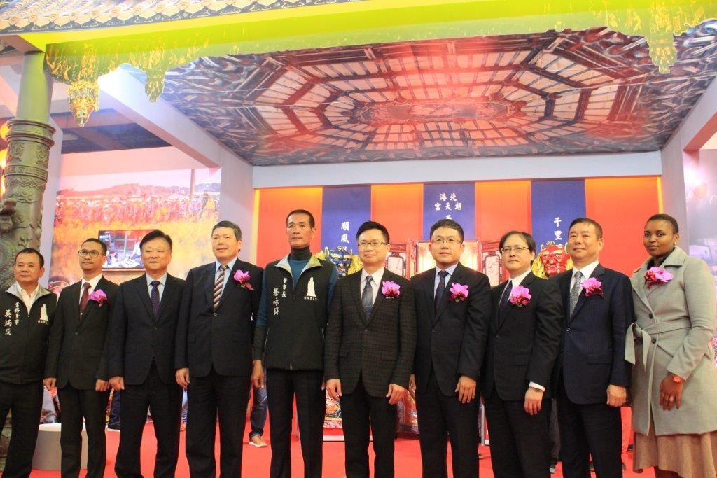 外貿協會董事長黃志芳(右五)、朝天宮董事長蔡咏鍀(右六)與貴賓合影。