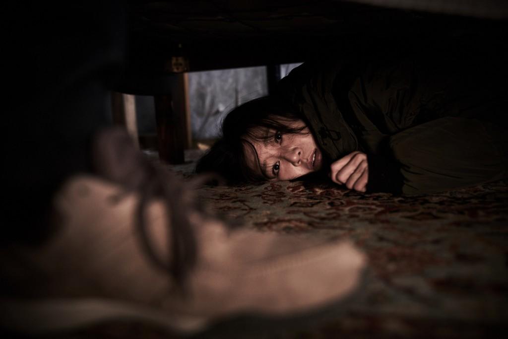 孔曉振受訪時透露自家床下塞滿行李跟箱子,好讓自己能安心睡覺。(圖/采昌國際多媒體提供。)
