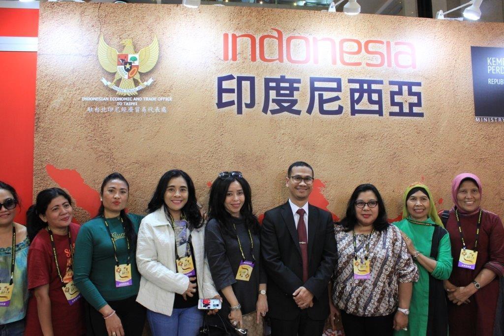 駐台北印尼經濟貿易代表處貿易部主任密富達(右四)率參展廠商合影。