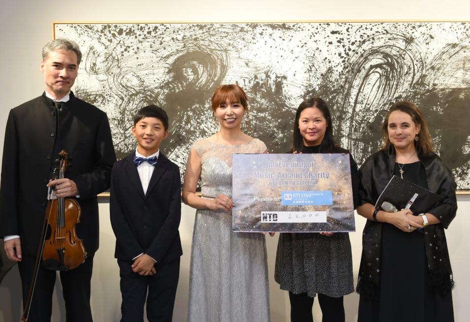 晚會共募得10萬元台幣善款,全數捐贈台灣國際兒童村。(圖/宛儒畫廊)