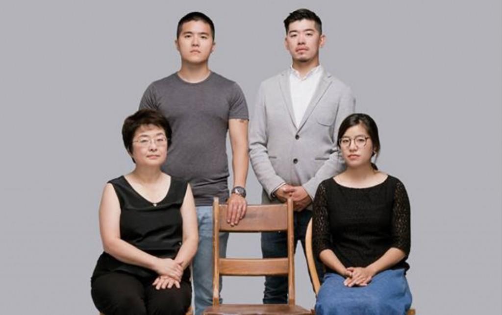 王炳章女兒王天安(右下)在北京轉機時遭拘留欺壓。(王天安推特)