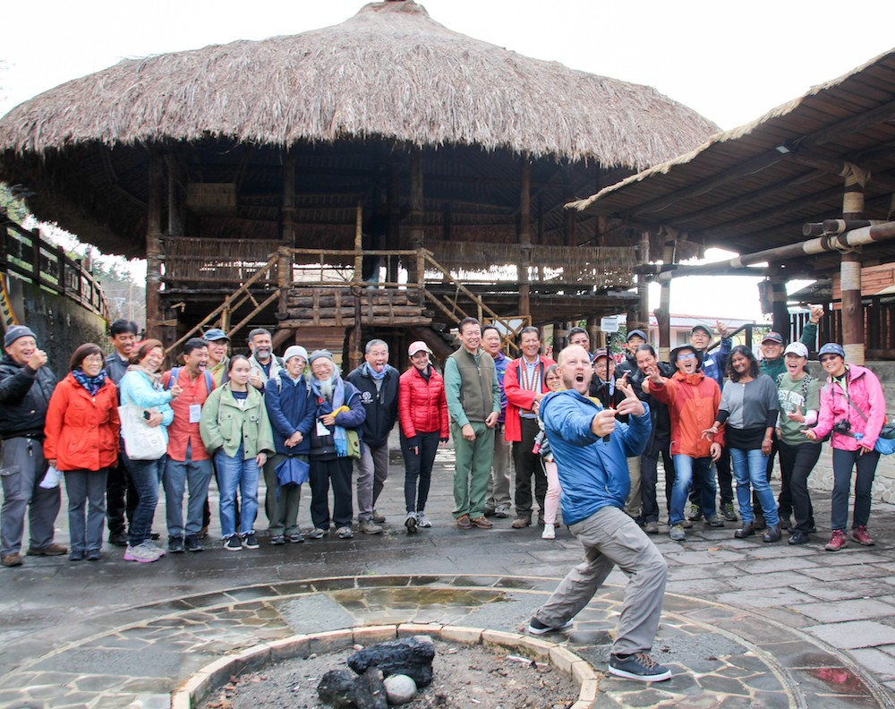 亞洲生態旅遊聯盟訪團在鄒族傳統建築庫巴前留影(攝影:鄧佩儒)