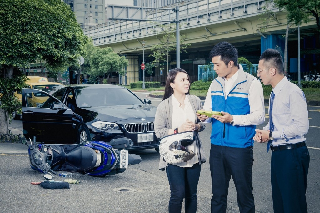 富邦產險推出業界首創「車禍事故現場即刻付款」服務,現場完成損失勘核、和解與理賠。(富邦產險提供)