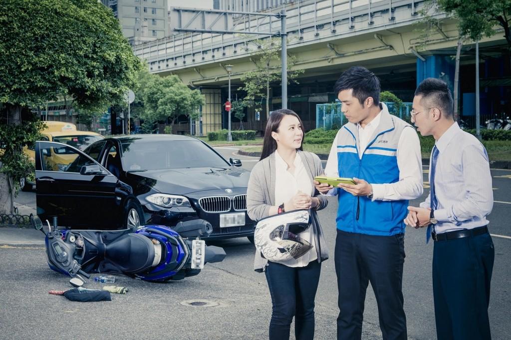 富邦產險推出業界首創「車禍事故現場即刻付款」服務,現場完成損失勘核、和解與理賠。 (裕隆集團提供)