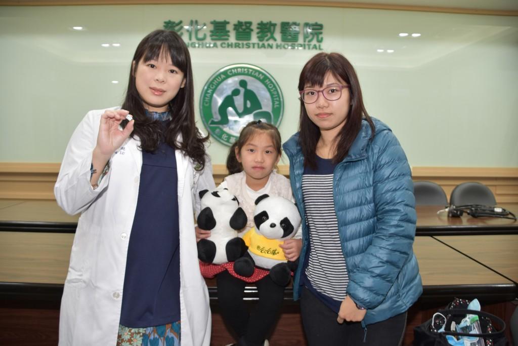 陳小妹妹(中)經盧芳廷醫師(左)治療後,短短4個月內長高5.3公分。(圖/彰化基督教兒童醫院)