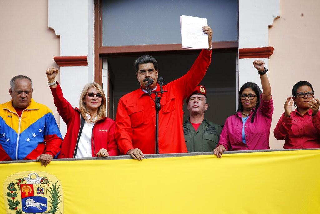 委內瑞拉總統馬杜洛(左三)和第一夫人(左二)(圖片來源:美聯社)
