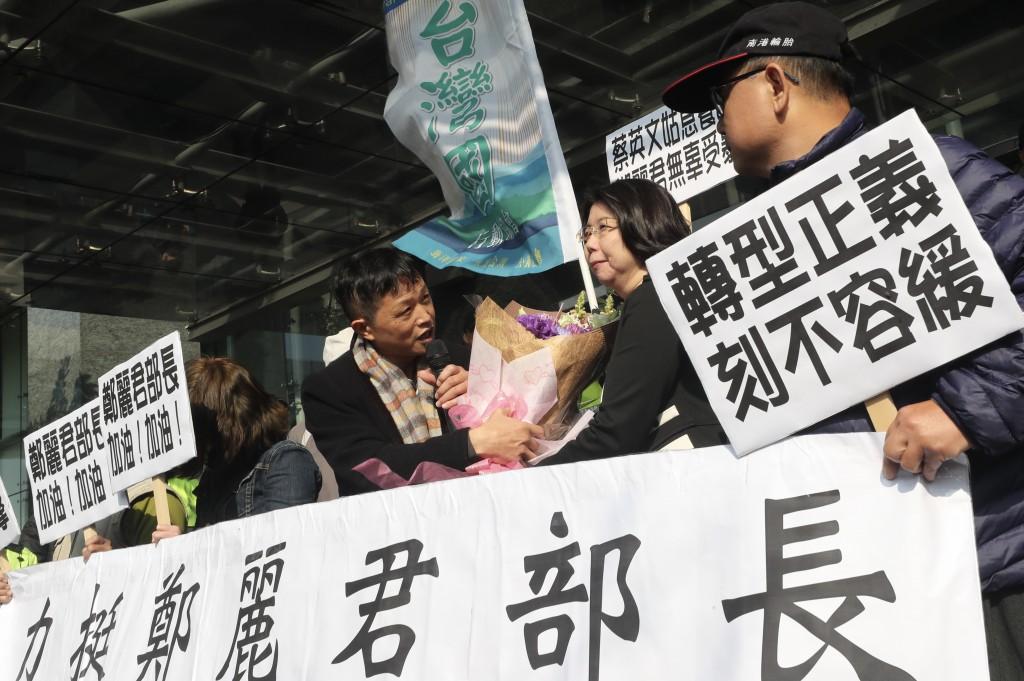 文化部長鄭麗君22日中午遭反對轉型正義資深藝人掌摑,民間團體23日前往文化部聲援獻花力挺鄭麗君。