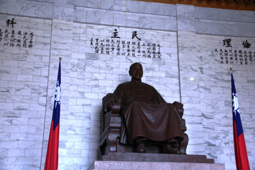The photo shows a large statue of Chiang Kai-shek at the Chiang Kai-shek Memorial Hall.