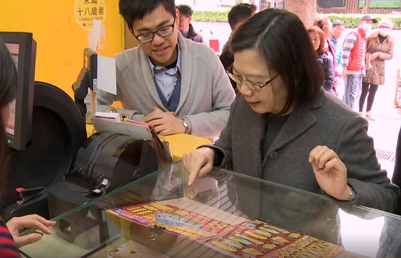 President Tsai visits a lottery store in New Taipei (Image/FB@tsaiingwen)