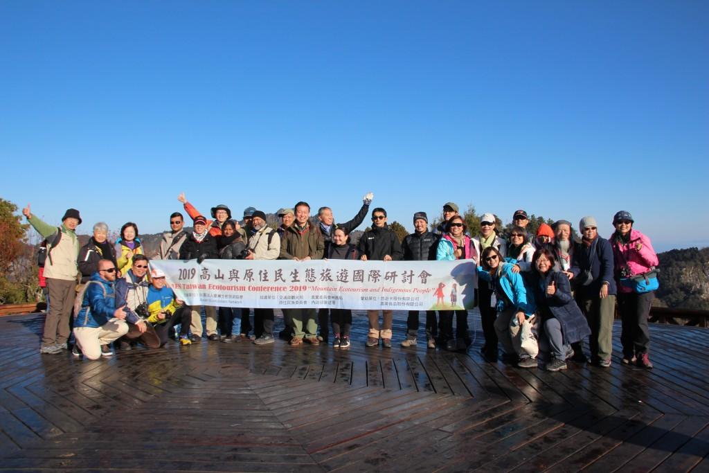 亞洲生態旅遊聯盟訪團在阿里山森林遊樂區合影(攝影:鄧佩儒)