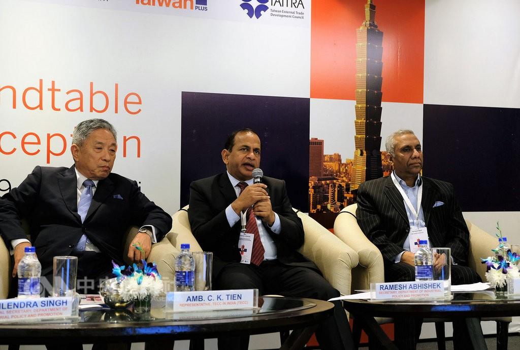 印度商工部產業政策與推廣司次長阿比謝克(中)(圖片來源:中央社)。
