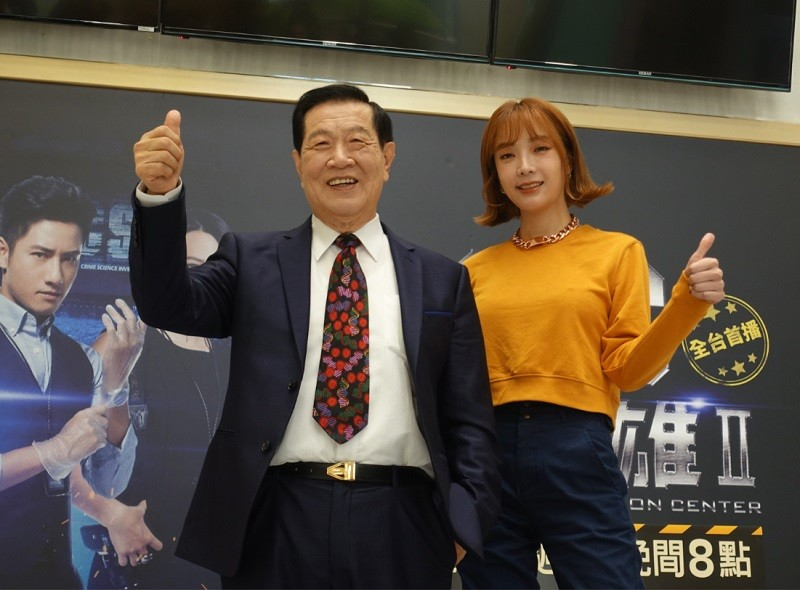 李昌鈺(左)24日與演員蔡淑臻(右)出席記者會。中央社