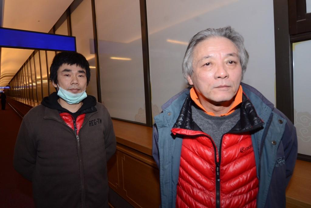 中國男子劉興聯(右)、顏克芬(左)滯留桃園機場至今近4個月,陸委會擬以專業交流名義先安排他們合法入境,再等待轉送第三國,24日消息傳出,讓