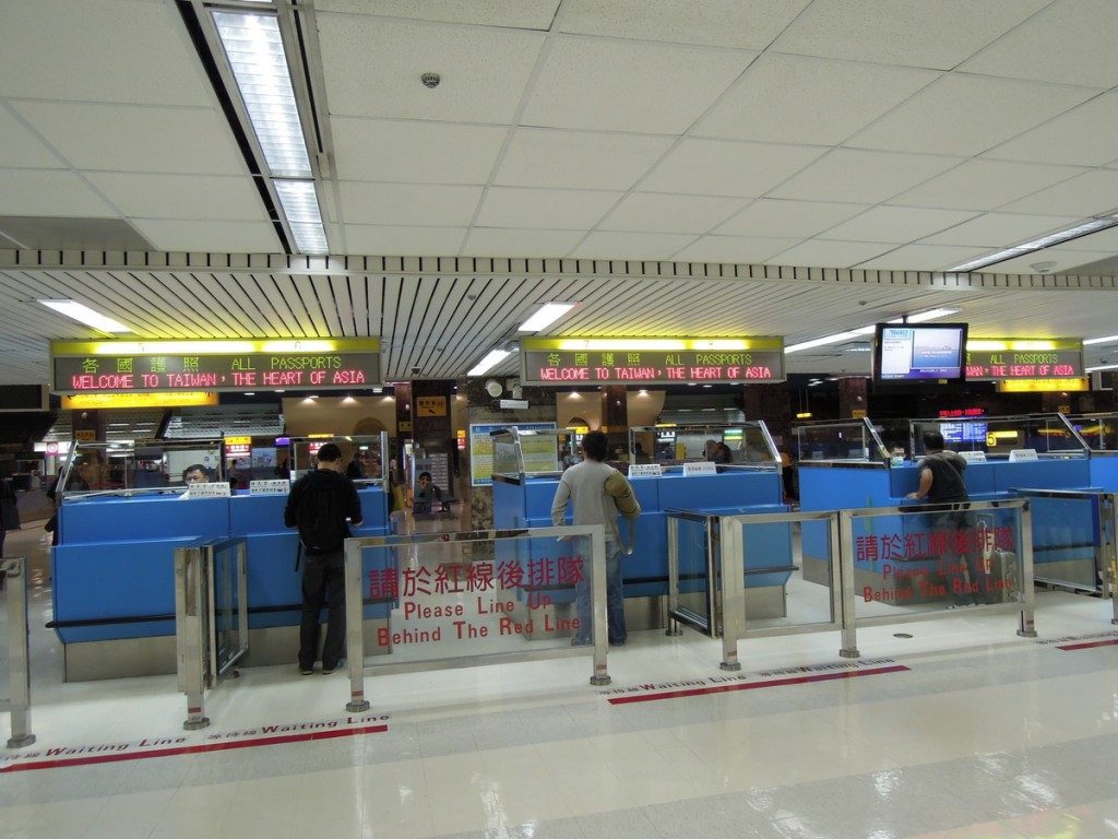 The photo shows the Kaohsiung International Airport's immigration counter.