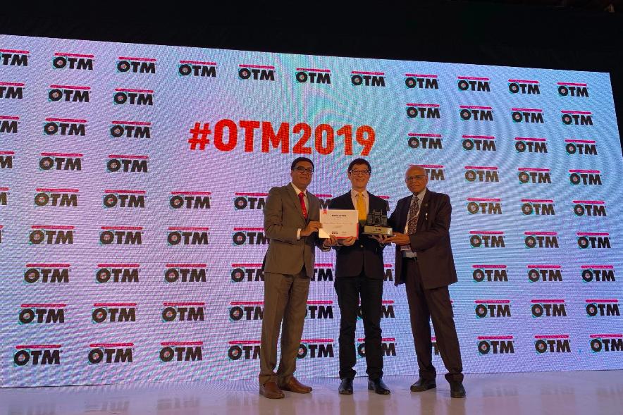 台灣館勇奪OTM最佳展館設計獎,右起:V. Suresh, President Fairfest Media Ltd.、觀光局駐新加坡辦事