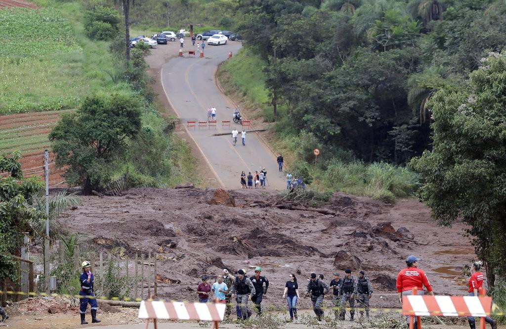巴西礦場水壩潰堤造成重大災難與傷亡,目前已知至少34人死亡,超過200人失蹤。(圖/美聯社。)