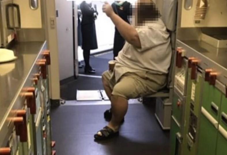 Passenger gesturing to flight attendants. (Photo from PTT)